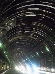 車のライトで反射し、輝いて見える雨どい=六甲山トンネル(撮影・中西大二)