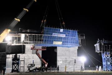 国道をまたいで大野東ICの降り口を造る作業現場=10月19日夜、福井県大野市蕨生