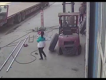 中国で衝撃的な事故、タイヤ爆発で女性と赤ちゃんが吹き飛ぶ
