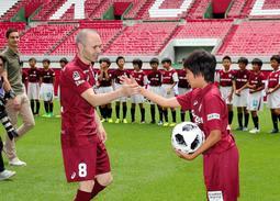 サッカー教室を神戸で初めて開くイニエスタ選手。子どもたちとの触れ合いを大切にする=神戸市兵庫区、ノエビアスタジアム神戸