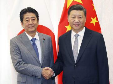 会談で握手する中国の習近平国家主席(右)と安倍首相=9月、ロシア・ウラジオストク(共同)