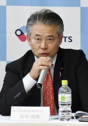 記者会見する関西エアポートの田中淳隆執行役員=23日午後、関西空港