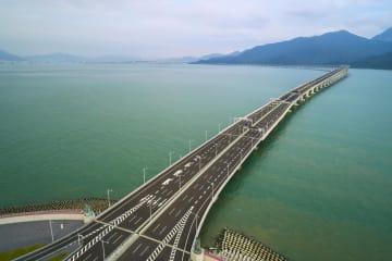 開通する香港・珠海・マカオ大橋=13日、香港(新華社=共同)
