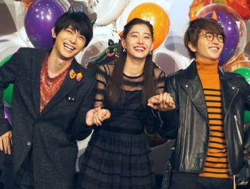 映画「あのコの、トリコ。」の大ヒット御礼舞台あいさつに登場した(左から)吉沢亮さん、新木優子さん、西島隆弘さん