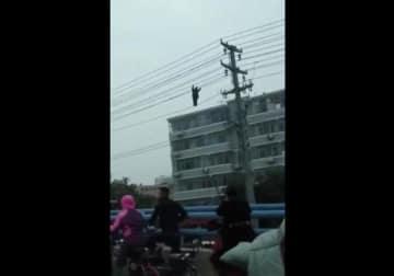 中国の男性がとんでもない騒ぎ、高圧線で綱渡りし停電招く