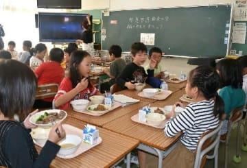 阿蘇の実りを学校給食に 地産地消、食育で拡充進む 赤牛ステーキ、シイタケ唐揚げ… [熊本県]
