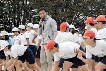 子どもたちに走り方やハードルの跳び方を教える為末大さん(中央)=熊本市東区