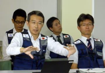 調査結果を発表する国立研究開発法人海上・港湾・航空技術研究所の佐々真志動土質研究グループ長(手前左)=23日、ジャカルタ(共同)