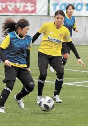 紅白戦で安本(左)と競り合う武田=仙台市のマイナビベガルタ仙台泉パークタウンサッカー場