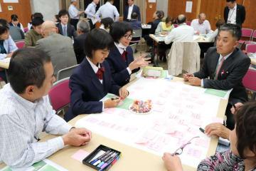 松浦市が進めてきた施策について良かった点などを話し合うワークショップ参加者=同市東部交流センター