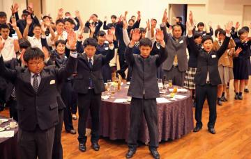 来年の巻き返しを誓って万歳三唱をする選手ら=ガーデンテラス長崎ホテル&リゾート