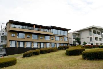 リニューアルオープンした三愛高原ホテルの西棟(左)=南小国町