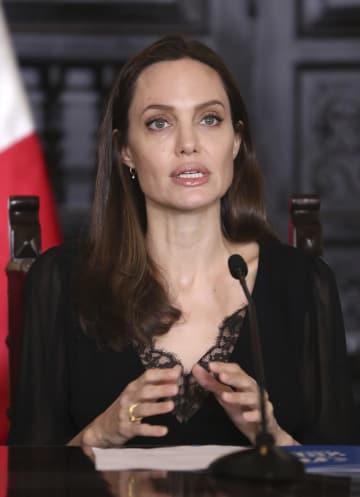 23日、ペルー・リマで記者会見する女優アンジェリーナ・ジョリーさん(AP=共同)