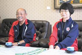 全国大会の結果を報告する(右から)武田さんと細野さん