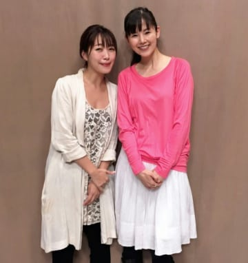 小西真奈美さん(右)と、番組パーソナリティの坂本美雨(左)