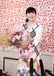 現役引退を改めて報告し、花束を手に笑顔の福原さん=23日午後、東京都内