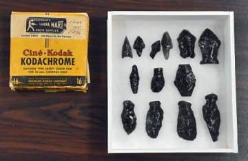 黒曜石製の石器(右側)。16ミリフィルムを入れる紙製の箱(左側)で保管されていた