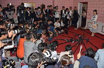 約80人の報道陣を前に、引退会見に臨む福原さん(右)=23日午後3時、東京都内
