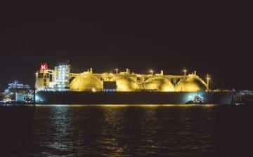 液化天然ガス開発事業「イクシスLNGプロジェクト」で生産されたLNGを積んだタンカー=22日、オーストラリア・ダーウィン(国際石油開発帝石提供・共同)