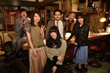 連続ドラマ「獣になれない私たち」の撮影現場を訪れたあいみょんさん(中央)と、ドラマの出演者たち=日本テレビ提供