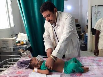 アブス市のMSF病院で小児患者を診る医師(2017年9月16日撮影) © MSF