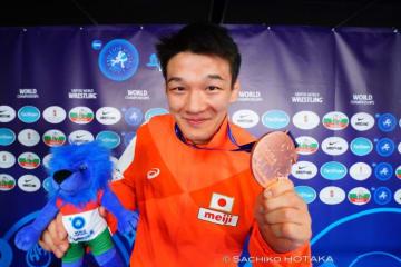 重量級選手やUターン選手の意地で取った銅メダルを見せる松本篤史
