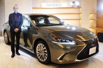 トヨタ自動車が発売した「レクサス」の新型セダン「ES」と、沢良宏専務役員=24日午後、東京都千代田区