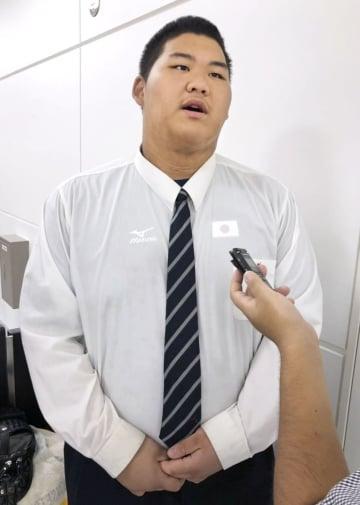 帰国し取材に応じる柔道男子の斉藤立=24日、成田空港