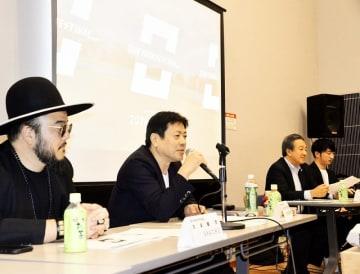 ワンパークフェスティバルに向けあいさつする清水英明さん(中央)、SHACHOさん(左)ら=10月22日、福井県福井市の響のホール