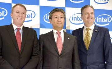 社長就任の記者会見をした鈴木国正氏(中央)と米インテル関係者=24日、東京都千代田区