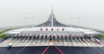 開通した海上橋「香港・珠海・マカオ大橋」=24日、中国広東省珠海市(共同)