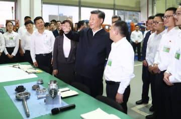 中国広東省珠海市で家電大手の珠海格力電器を視察する習近平国家主席(中央)=22日(新華社=共同)