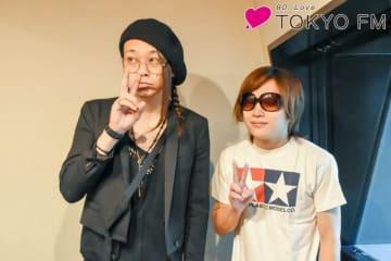 ゴールデンボンバーの鬼龍院翔さん(右)と、番組パーソナリティのMUCC・逹瑯(左)