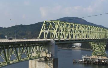 片側交互通行が可能になった、山口県柳井市と周防大島町を結ぶ大島大橋=24日午後
