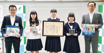 自転車会議の啓発グッズや表彰状を持つ(左から)下仲副市長、田久保さん、三國さん、高橋さん、加山市長