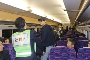 上越新幹線の車内で刃物を持った不審者への対応を確認した訓練=24日午前2時30分ごろ