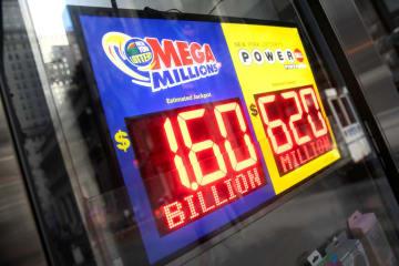 当選予想額16億ドルを表示した宝くじ「メガミリオンズ」の看板=23日、米ニューヨーク(ロイター=共同)