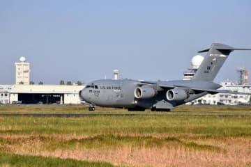 27日から始まる日米共同訓練の準備のため新田原基地に入った米軍機=24日午後