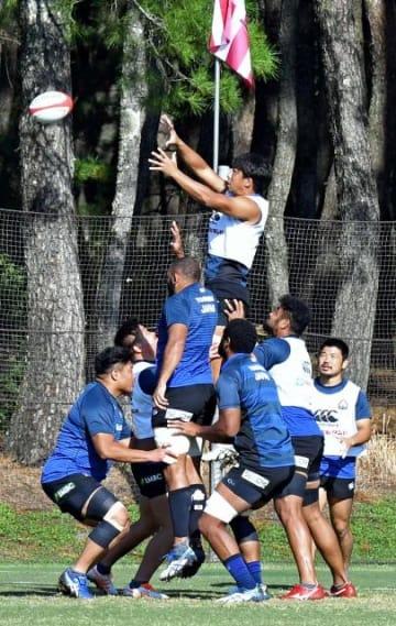 強化合宿の最終日に、連係プレーの練習で汗を流す選手たち=24日午前、宮崎市・シーガイアスクエア1