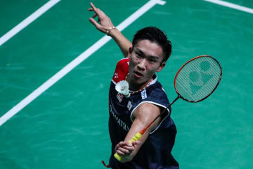 バドミントンのフランス・オープン、1回戦で台湾選手と対戦する桃田賢斗=24日、パリ(ゲッティ=共同)