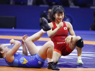 女子50キロ級でウクライナ選手(左)に勝利し、決勝進出を決めた須崎優衣=ブダペスト(共同)