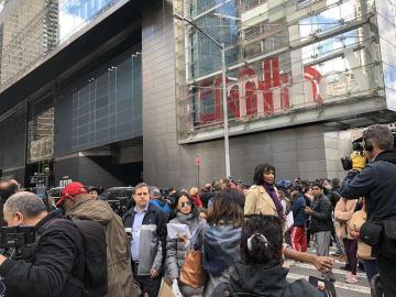 報道陣でごった返すCNNニューヨーク支局前=24日撮影(photo: Asami Kato / 本紙)