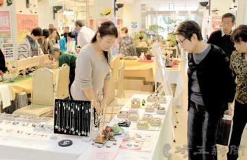 多くの来場者が訪れたさいたま市伝統産業フェア=さいたま市浦和区