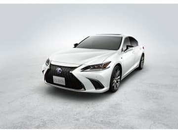 """日本国内で初めて販売となる7代目「レクサスES」、写真はES 300h""""F Sport""""、価格は629.0万円"""