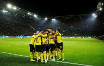 欧州チャンピオンズリーグ、アトレチコ・マドリード戦でゴールを喜ぶドルトムントの選手たち=24日、ドルトムント(ロイター=共同)