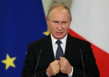 イタリアのコンテ首相との会談後、共同記者会見に臨むロシアのプーチン大統領=24日、モスクワ(ロイター=共同)