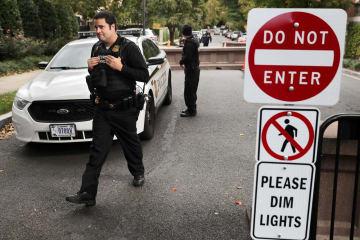 24日、米ワシントンのオバマ前大統領の自宅周辺を警戒する大統領警護隊(ゲッティ=共同)