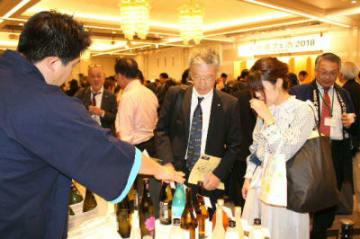 大分の酒を試飲する来場者=大阪市内のホテル