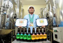 ビールの国際審査会で金賞、銅賞をダブル受賞した「あわぢびーる」の醸造担当者、片山輝彦さん=アワジブリュワリー