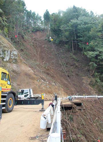 崩落した斜面を国道413号の橋本方面から撮影=10月18日